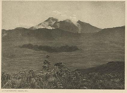 Sibayak, 2172 meter di atas permukaan laut. Foto oleh Charles Kleingrothe. Perkiraan foto tahun 1903 – 1920.
