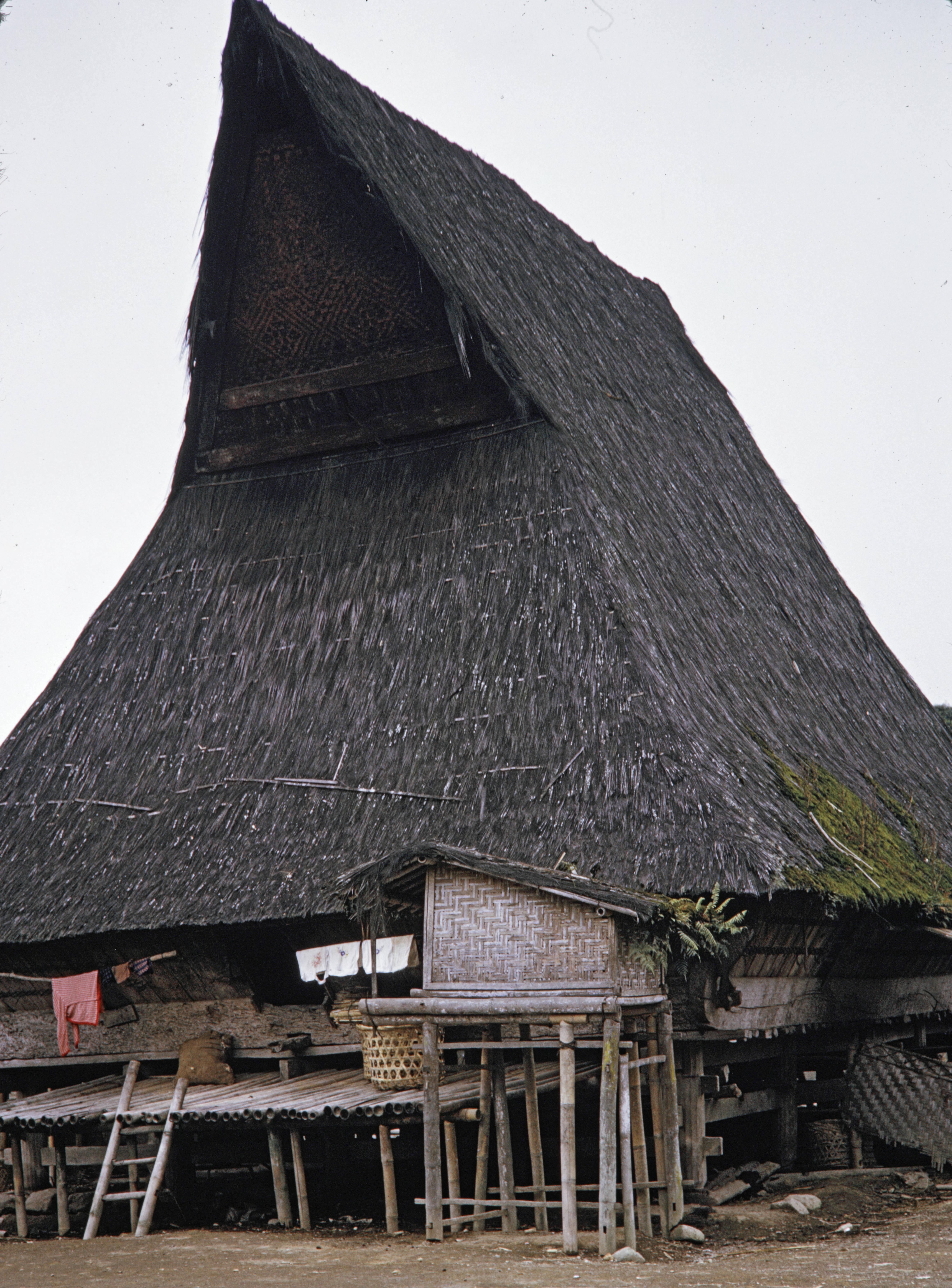 Desa Lingga di tahun 1970an. (Fotografer : Harrison Forman)