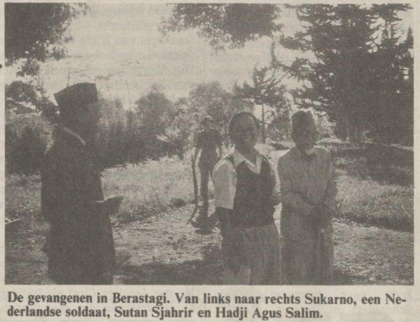 Para tahanan di Berastagi. Dari kiri ke kanan Sukarno, seorang tentara Belanda, Sutan Sjahrir dan Hadji Agus Salim. Sumber : NRC Handelsblad tanggal 19-01-1991.