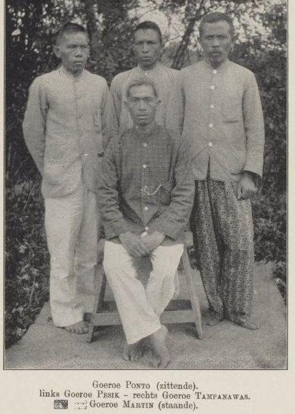 Guru Ponto (duduk). Guru Pesik (kiri). Guru Tampanawas (kanan). Guru Martin (di tengah). Dari buku Uit den aanvang der Karo zending (1909)