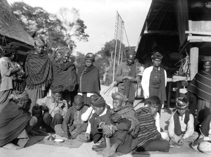Ilustrasi bermain dadu di Kabanjahe. Sumber Tropenmuseum.