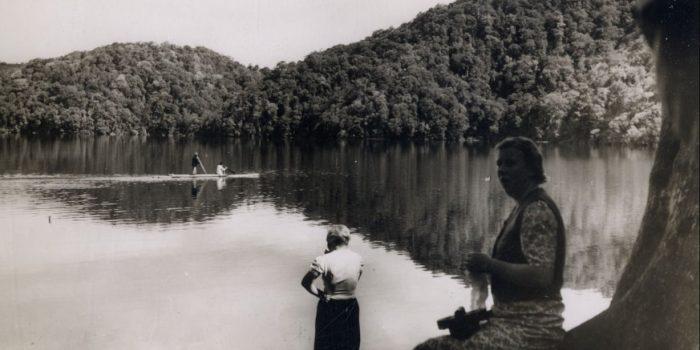 Mary Agnes di tepi Danau Lau Kawar tahun 1939. Sumber KITLV.