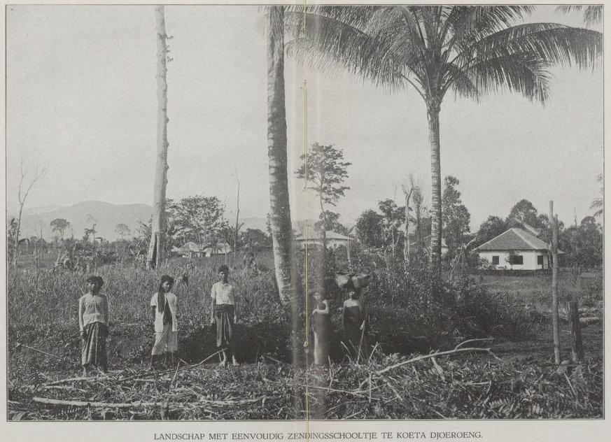Pemandangan sekolah misionaris di Koeta Djoeroeng.