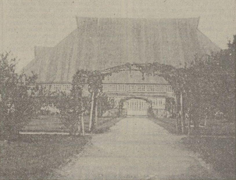 Halaman depan ke pintu utama (1938)