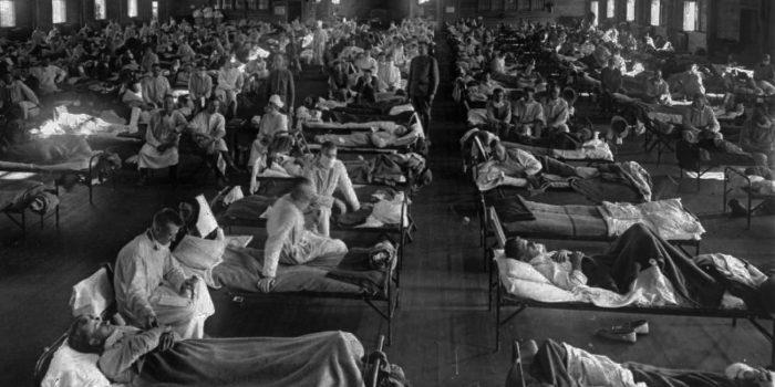 Pasien influenza di rumah sakit darurat dekat Camp Funston (sekarang Fort Riley) di Kansas pada tahun 1918. Foto: AP Photo/National Museum of Health.