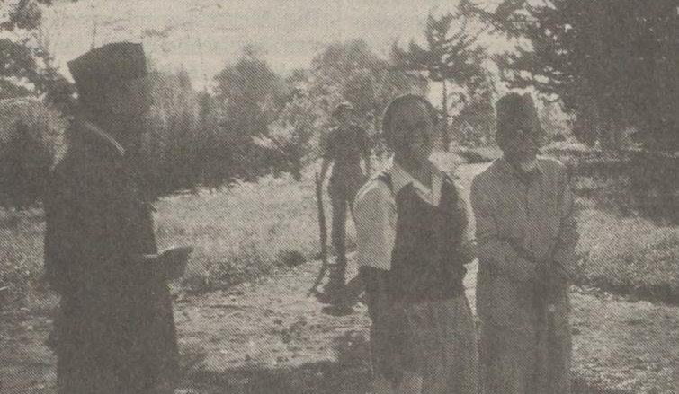 Di Berastagi. Dari kiri ke kanan : Sukarno, seorang tentara Belanda, Sutan Sjahrir dan Hadji Agus Salim. Sumber : NRC Handelsblad tanggal 19-01-1991.