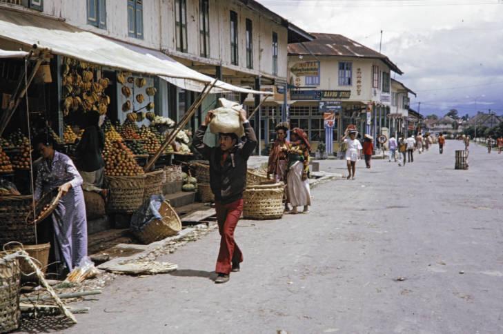 Penjual Buah dan Kain di Berastagi 1970an. (Fotografer : Harrison Forman)