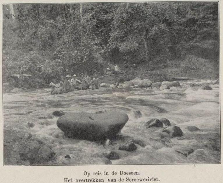 Bepergian di Doesoen. Melintasi Sungai Seroewei. Dari buku Uit den aanvang der Karo zending (aanteekeningen en herinneringen),1909.
