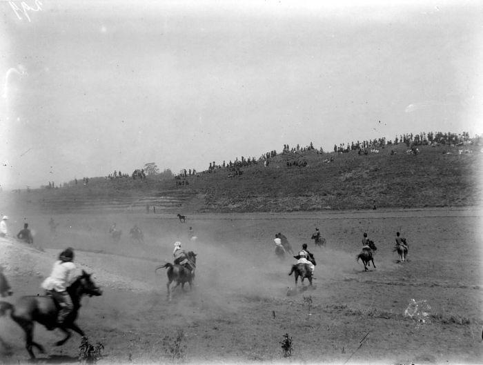 Ilustrasi : Peragaan atraksi perang oleh sekelompok pria Karo yang menunggangi kuda di dataran tinggi Karo (perkiraan tahun 1914-1919). Sumber foto Nationaal Museum van Wereldculturen