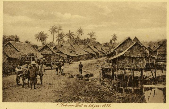 Labuhan Deli tahun 1875. Foto oleh : Mij. Hüttenbach & Co. (Medan). Sumber : KITLV.