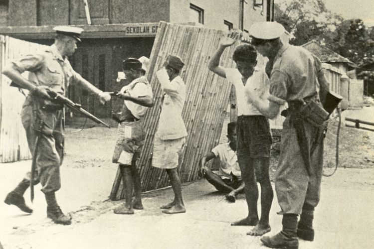 Penggledahan yang dilakukan oleh tentara Belanda di zaman perang kemerdekaan. (Dok. KOMPAS).