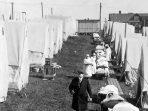 Sebuah rumah sakit darurat didirikan di Brookline, Massachusetts, untuk merawat kasus influenza, difoto pada bulan Oktober 1918. (Archives National US)